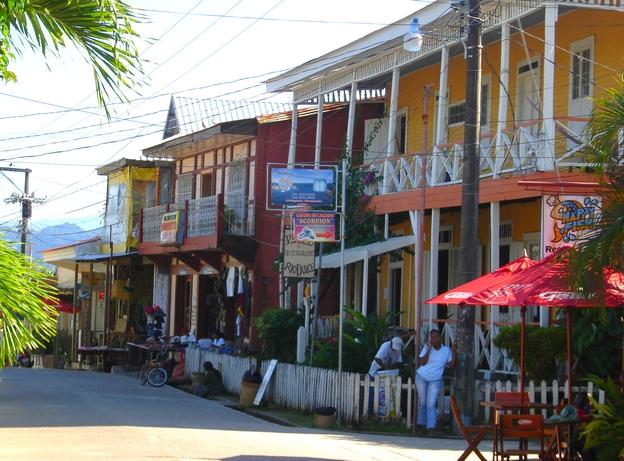 une rue de livingston guatemala