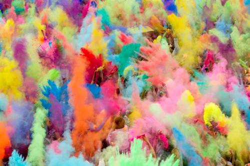 Voyage Inde : les gens jettent de la poudre colorée à la fête Holi