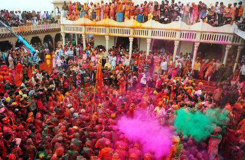 Voyage Inde : jets de poudre à la fête Holi