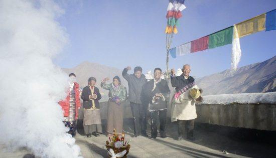 photo-chine-voyage_famille-remplacant-ses-drapeaux-de-prieres