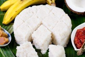 Ce plat à base de riz au lait de coco est traditionnellement présenté sous forme de losanges et se mange avec les mains.