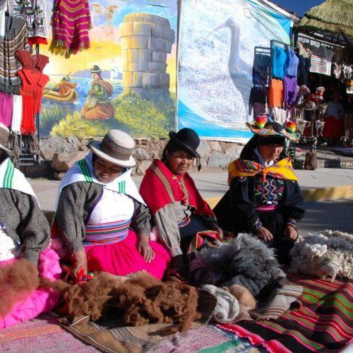 Boliviennes sur un marché coloré