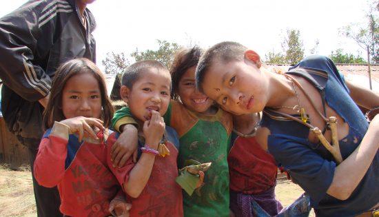 Enfants curieux Laos