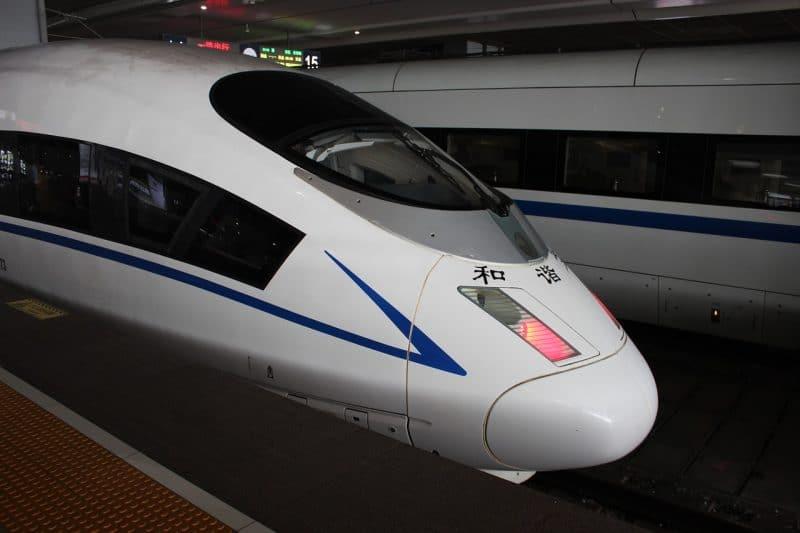 Un train à grande vitesse à Shanghai, Chine