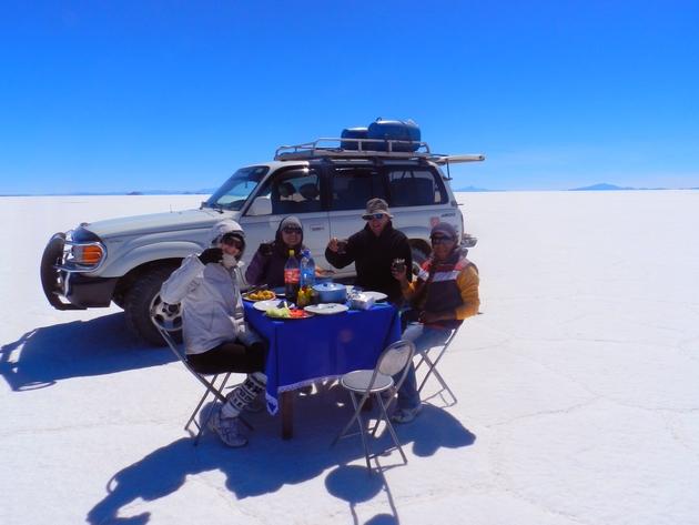 Déjeuner dans désert de sel d'Uyuni- crédit photo : Famille FOL