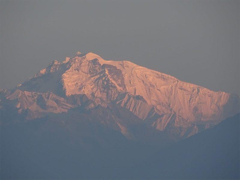 Lever de soleil sur les massifs au Népal